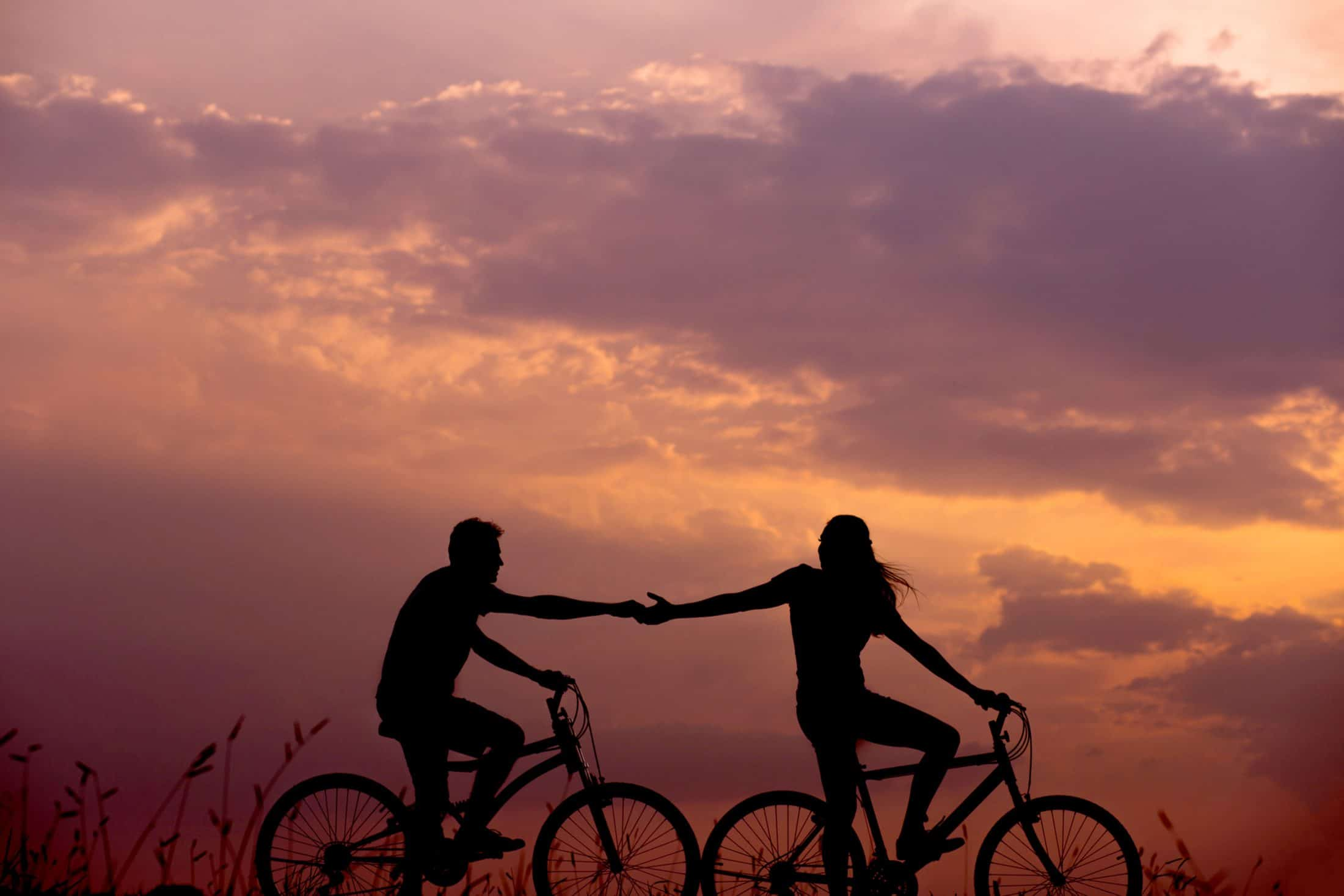 Kerékpáros segít a másiknak